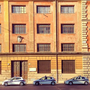 Police cars parked near building - image gratuit #331831