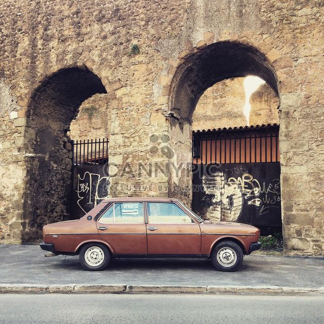 Brown Fiat 131 nahe alte arch - Kostenloses image #331851