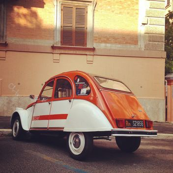 Citroen 2CV parked near the house - image gratuit #331891