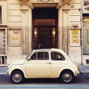 Fiat 500 in street of Rome - image #331941 gratis