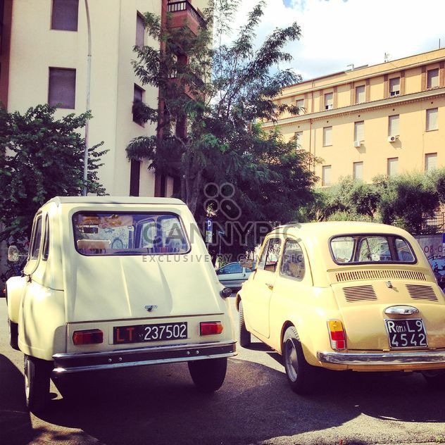 Old cars parked in street - image gratuit #332011