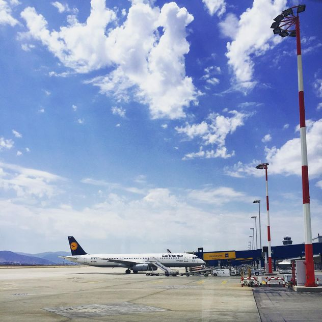 Airplane in airport on sunny day - image gratuit #332381