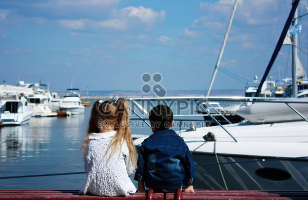 Boy and girl sitting on enbankment - image gratuit #333221