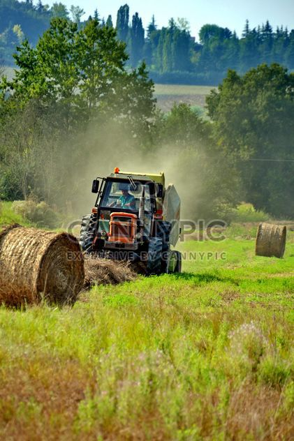 Tractor at work on a field - Kostenloses image #333751