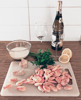 Romantic dinner with vine and shrimps - image #335211 gratis