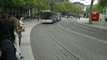 People waiting Bus at the Bus Stop in Hannover - image gratuit #335231