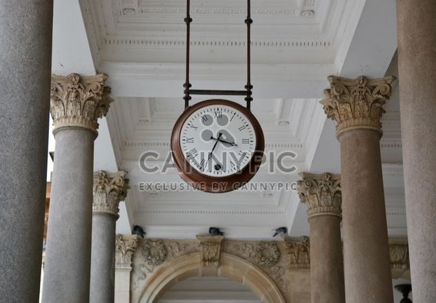 Clock in colonnade - image #335281 gratis