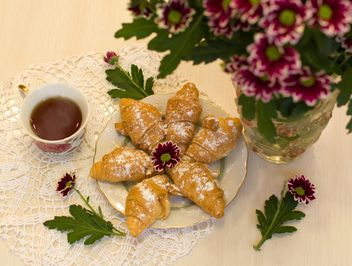 Croissants, tea and chrysanthemum flowers - бесплатный image #337941