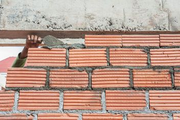Construction worker laying bricks - бесплатный image #338251