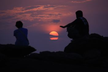 Silhouettes of people at sunset - image #338551 gratis