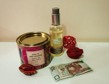 Tea, body oil and banknote - image gratuit #339211