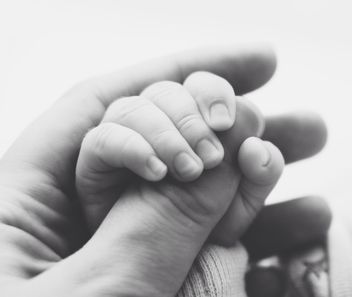 Hand of baby holding mother's hand - image gratuit #341331