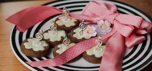 clover cookies decorated with flowers and ribbons - бесплатный image #342121