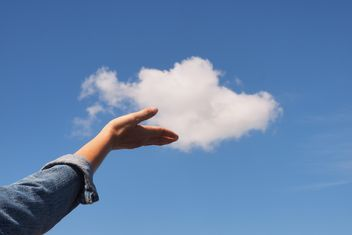 Woman hand with blue sky and white cloud - image gratuit #344221