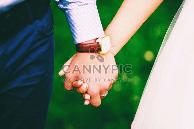 Wedding couple holding hands closeup - Kostenloses image #345101