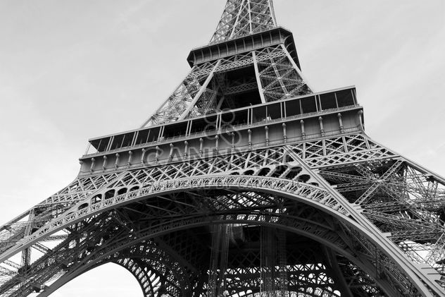 View from below on Eiffel Tower, Black and White - Kostenloses image #345901