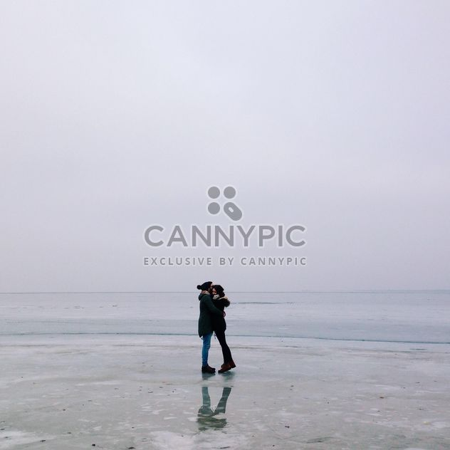 Happy couple hugging on frozen lake - image gratuit #347171