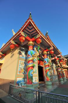 Thai temple under clear blue sky - бесплатный image #347211