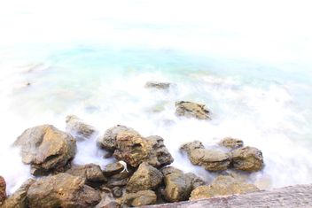Stones in water on shore of ocean - image #347781 gratis