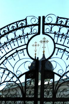 Cross of church through gates, Chelyabinsk - бесплатный image #347941