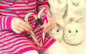 Christmas candies in child's hands - image gratuit #347971