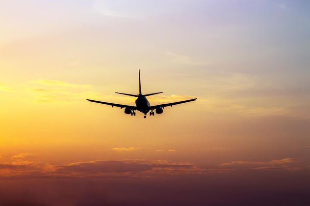 Airplane landing at sunset - image #350271 gratis