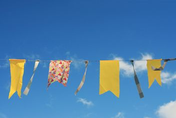 Yellow flags hanging on rope - бесплатный image #359151