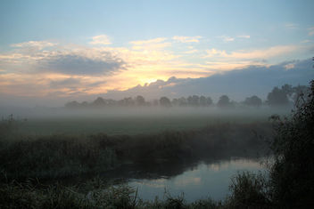 Misty morning by the river - image #403511 gratis