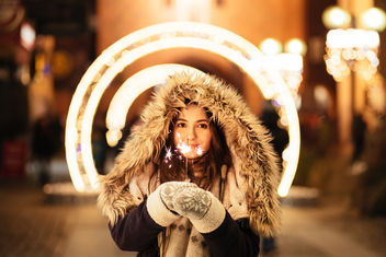 Girl holding a sparkler - Kostenloses image #411321