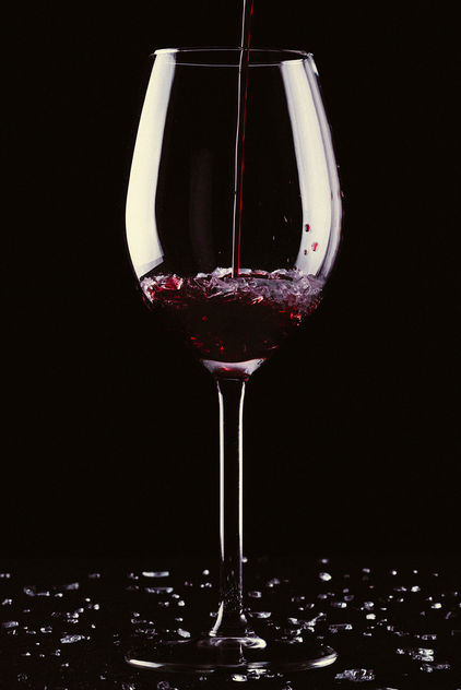 A glass of wine with broken glass - image gratuit #417381