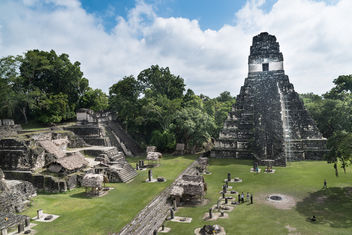Archaelogical Maya city Tikal in Guatemala - Central place with temples, palaces, stelae and stones to offer sacrifices to the gods. - Free image #449771