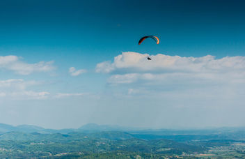 Paraglider high in the sky - image #449831 gratis