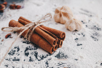 Cinnamon sticks in close up with flour background.jpg - image gratuit #450731