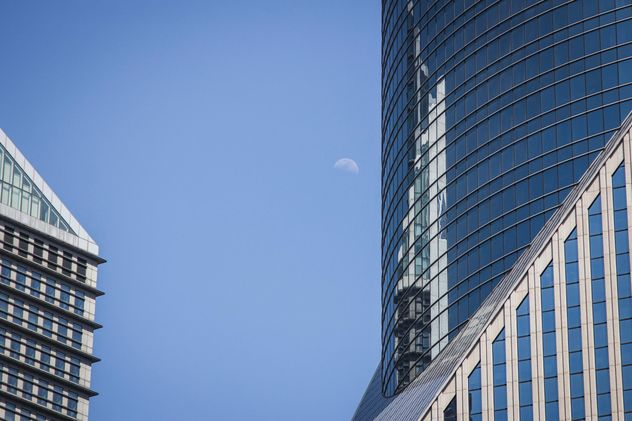 Detail of office building against blue sky - image #452281 gratis