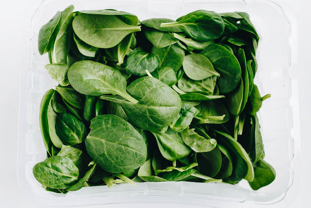 Top view of fresh spinach on white background.jpg - image gratuit #452961