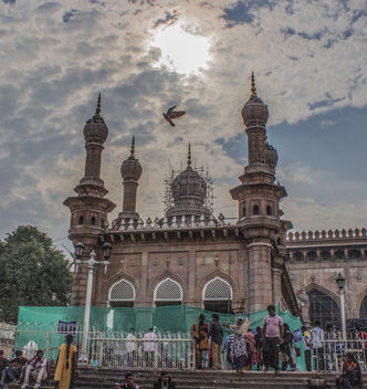 Mecca Masjid, is one of the oldest mosques in Hyderabad, Telangana in India, and it is one of the largest masjids in India. Makkah Masjid is a listed heritage building in the old city of Hyderabad, close to the historic landmarks of Chowmahalla Palace, La - бесплатный image #456641