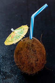 Coconut cocktail with an umbrella and a straw - image gratuit #457621