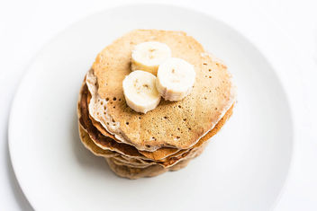 Top view of homemade vegan banana pancakes topped with banana pieces.jpg - image gratuit #458251