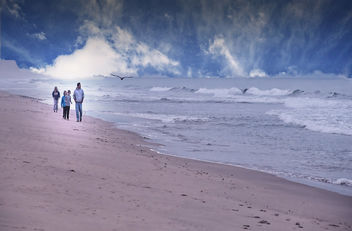 Family walk on the beach - image #463441 gratis