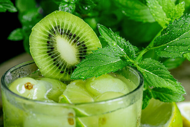 Close-up, a glass of cocktail with green fruit and fresh mint - Kostenloses image #473541